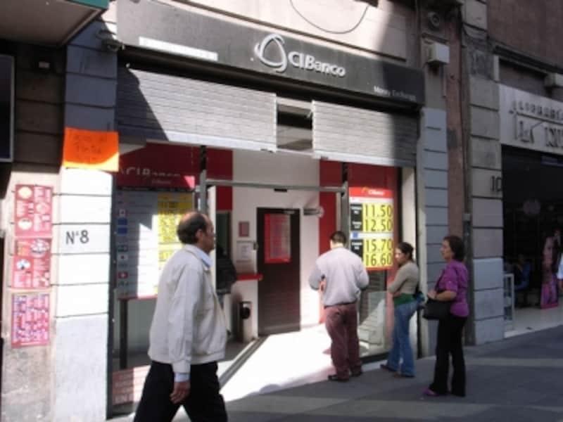 町中にある両替所=Casadecambio