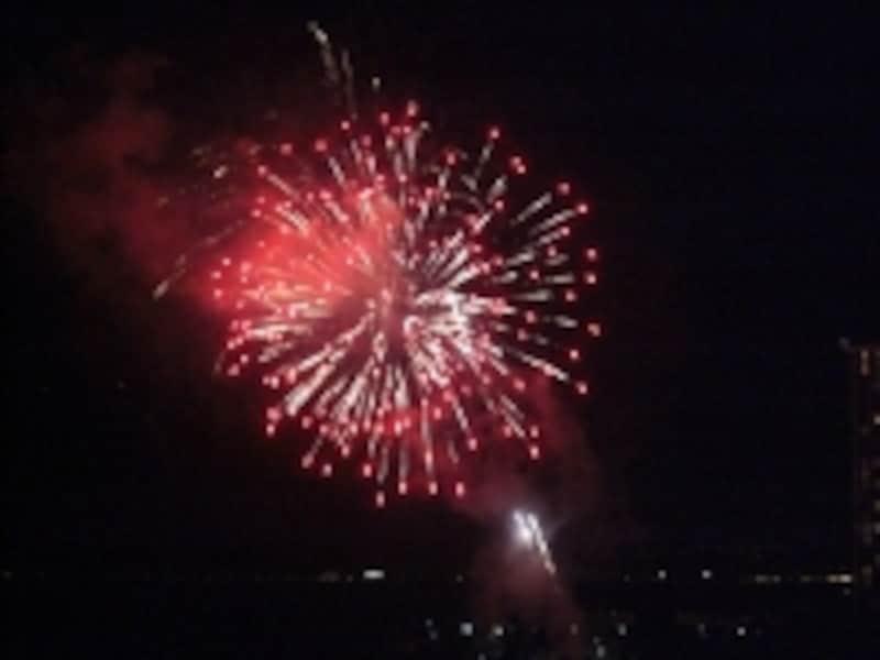 金曜恒例、ヒルトンの花火も打ち上げの根元から見える!