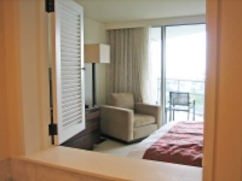 1ベッドルームのメイン・バスルームからは、ベッドルーム越しにビーチも見える