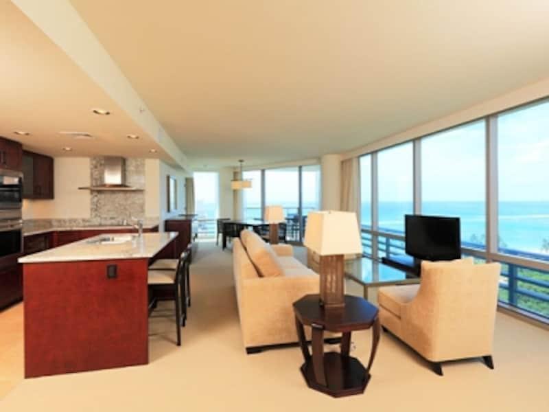 目の前に広がるのは、ワイキキビーチ!広さ120平方メートル越え、8名まで宿泊可能な2ベッドルーム+DEN(書斎)オーシャンフロントのユニット