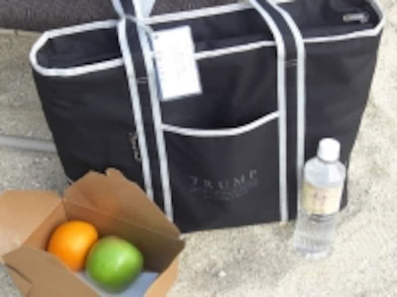 ビーチへ出掛ける際にサービスされる、バスタオル&ドリンクバッグ