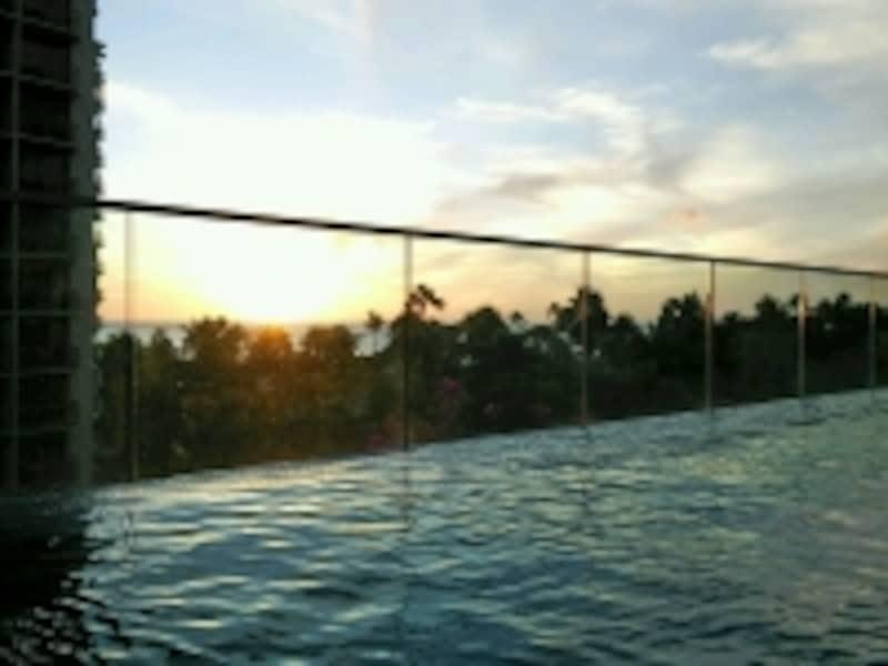 プールから眺めるサンセットは最高。ぜひ体感してみて