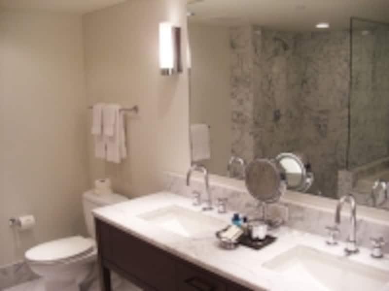 ダブルシンクの贅沢バスルーム。こちらはステューディオのもの