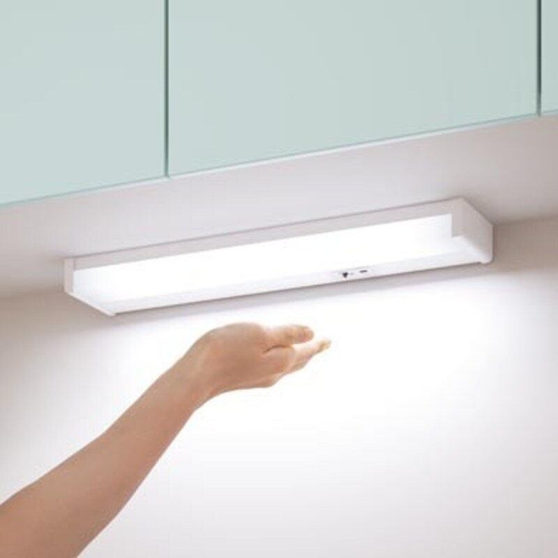 作業面には手元灯でより明るさを。スイッチがセンサー式のものもあり、作業中でもさっと点灯でき衛生的。(画像:パナソニック)
