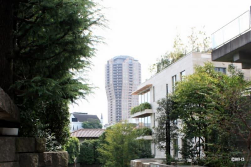 元麻布の住宅街から「元麻布ヒルズフォレストタワー」を望む