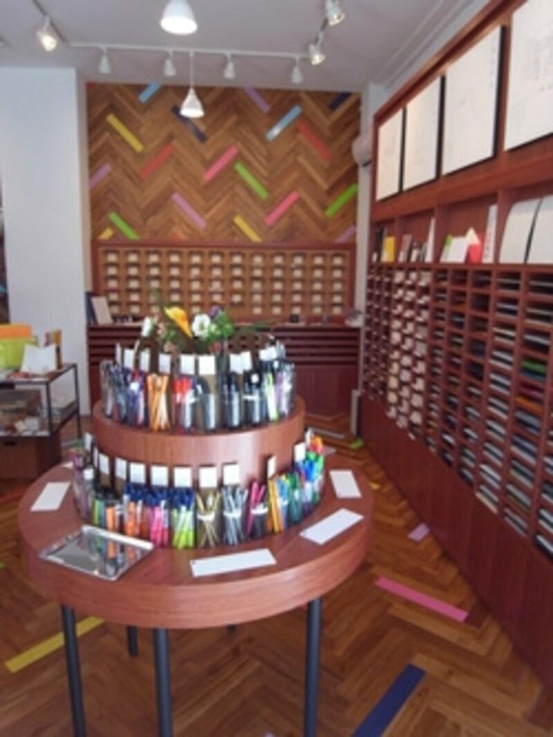 カラフルながらシックな衣装の店内。紙やペンの種類が豊富