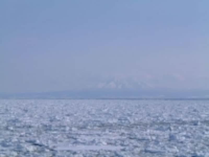 流氷原と斜里岳