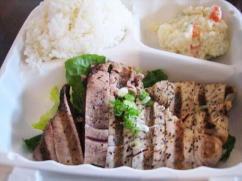 魚メニューが豊富なパイオニア・サルーン。焼き具合が指定できるガーリック・アヒ・ステーキ(10ドル)も美味