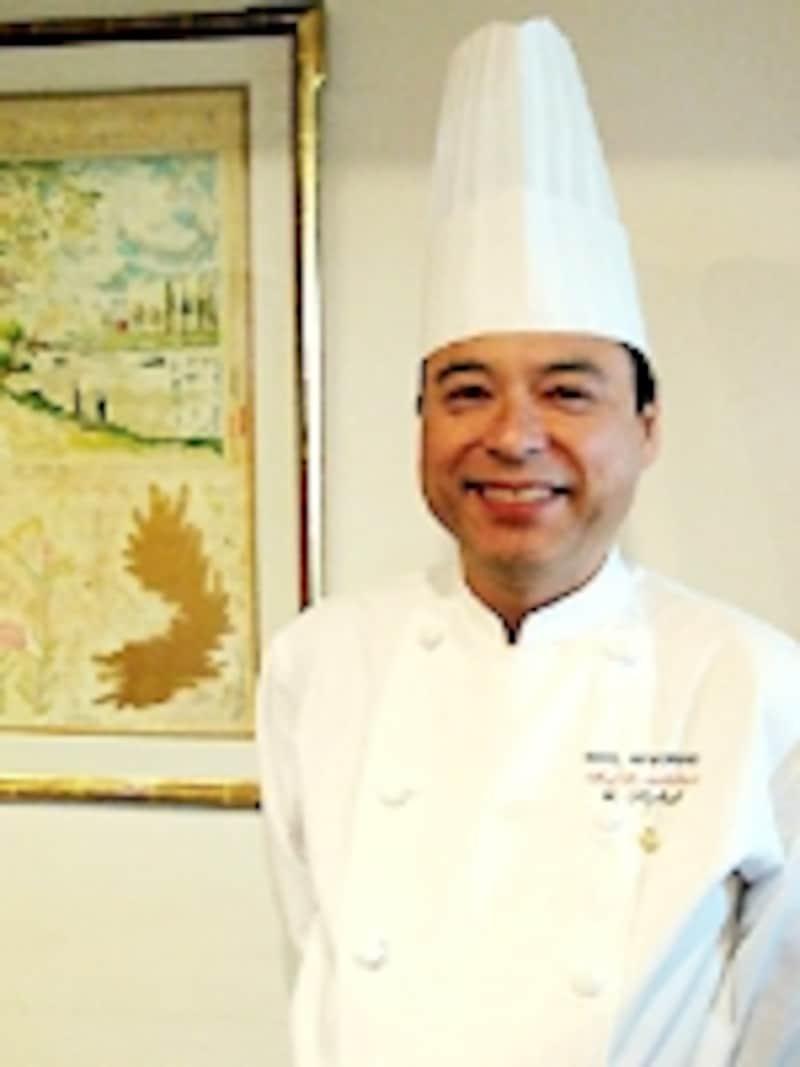 本館1階「ザ・カフェ」料理長YUTAKAKATOシェフ。にこやかな笑顔が印象的