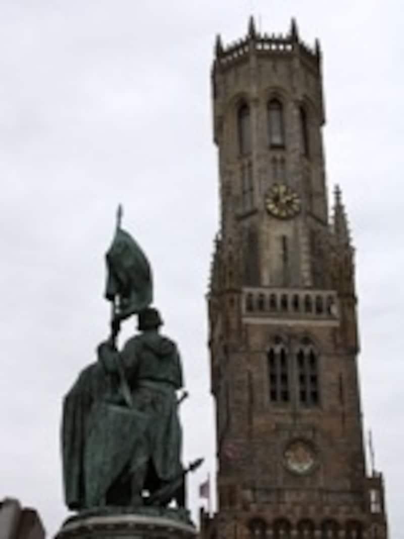 1887年に建立の英雄の像も