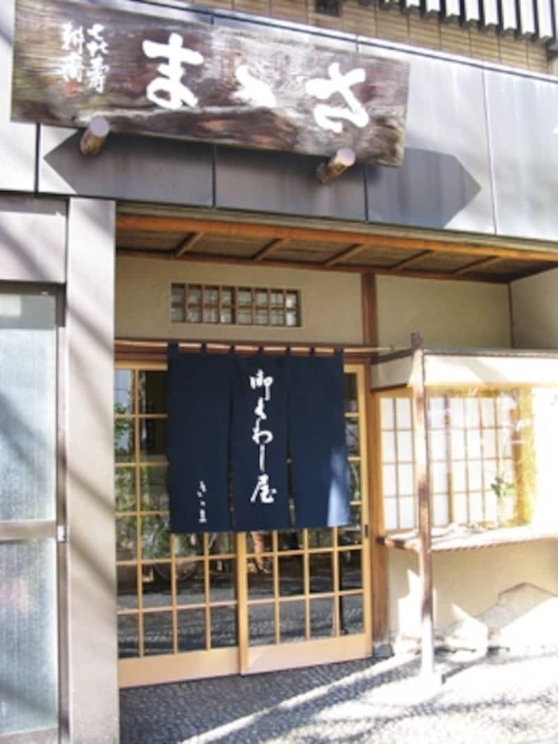 昭和4年に「ささまパン店」を、昭和6年に和菓子店「さゝま」を開店。昭和9年にはパン店は閉め、和菓子店1店に絞った。