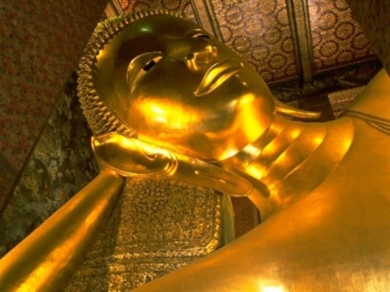 その大きさだけでなく、屋内に安置されていることもあり、仏像の全体像を撮影することはできない