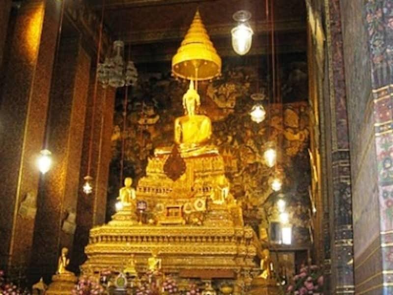 海外からの観光客だけでなく、タイ国内各地からこの仏像を拝みに訪れる