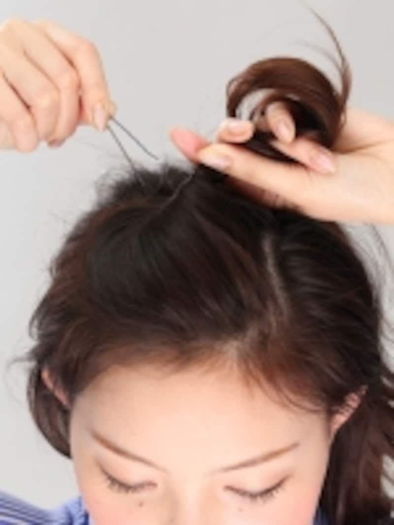 2分け取った1の髪でポンパドールをつくって、ピンで固定