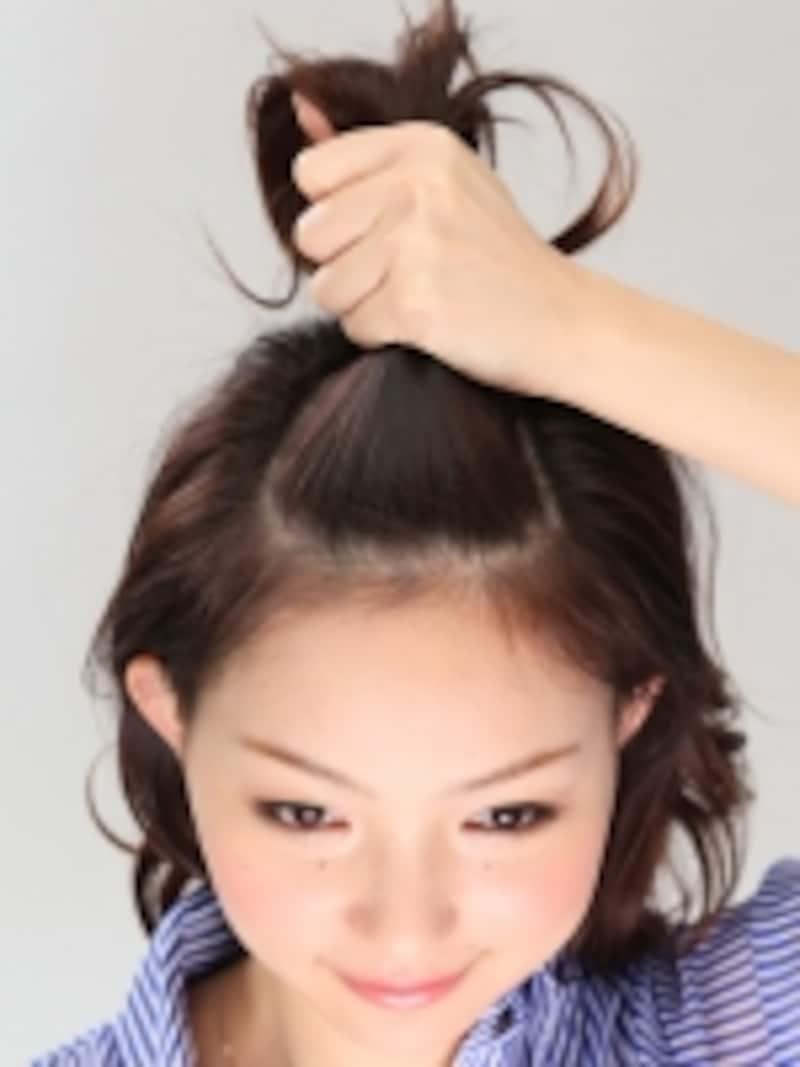 1目の幅くらいで前髪とトップの髪を分け取る。