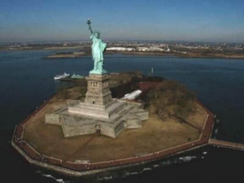 ぽっかりと浮かんだ小さなリバティ島にある自由の女神像