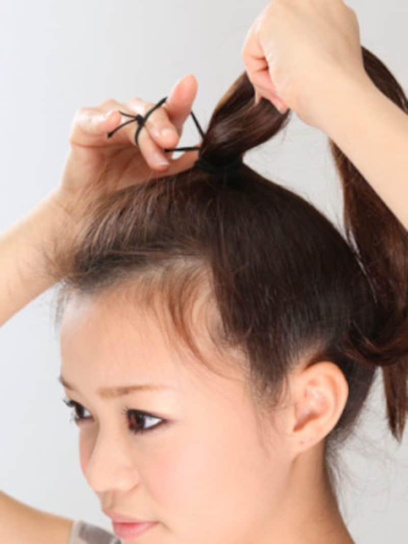 トップで髪全体をひとつに結ぶ
