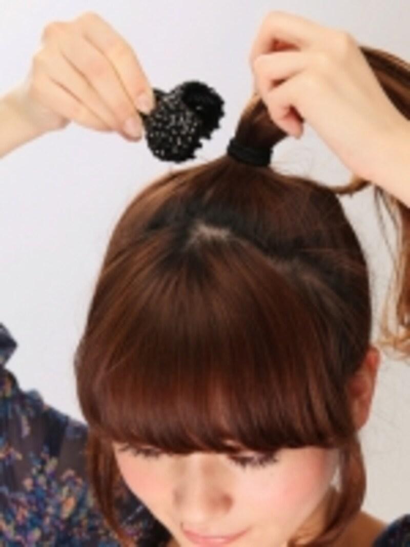 2ゴムが隠れるように横からヘアクリップをつける。