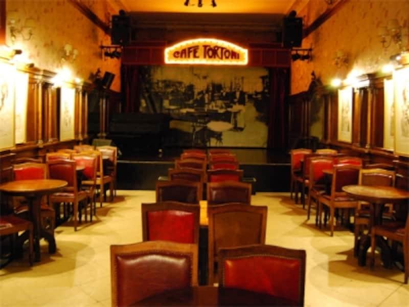 カフェ・トルトーニにはタンゴショーを観ることができるイベントスペースも併設