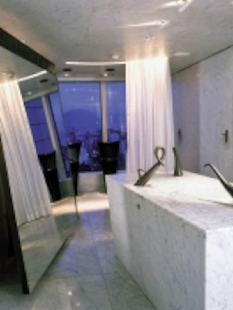 女性用トイレからは香港側の眺め
