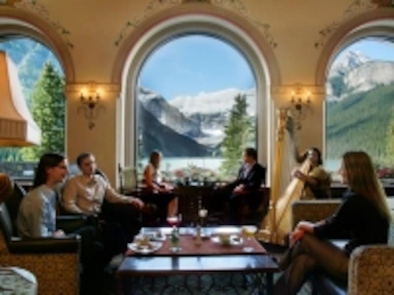 素晴らしい風景を堪能しながら、午後のお茶。レイクルイーズならではの過ごし方undefined(C)FairmontHotels