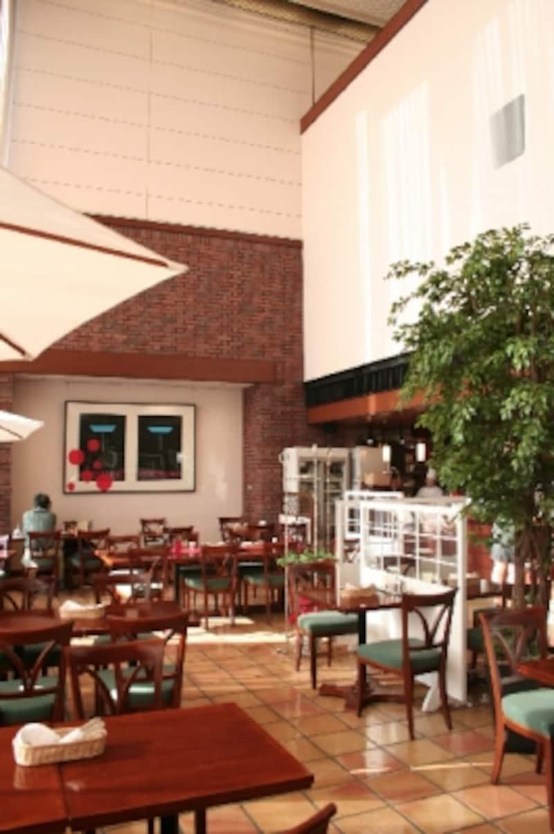 カフェ・レガル、壁面には李禹煥のドローイングも