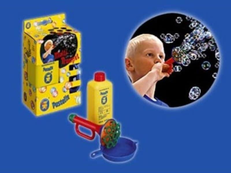 トランペット形のおもちゃを吹くと、シャボン玉がいっぱい飛び出します
