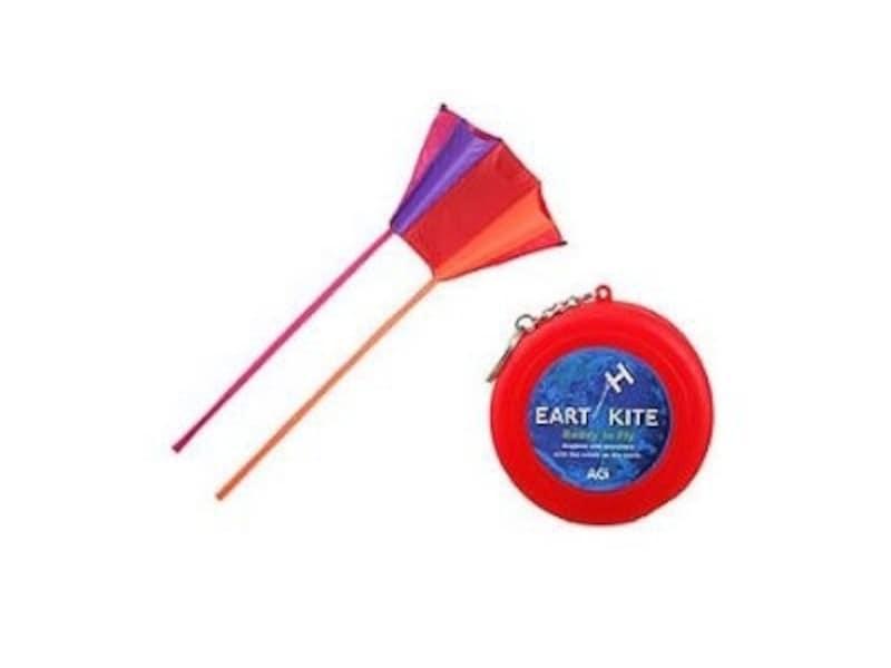 キーホルダー付きのケースに入れて持ち歩き、気軽に凧揚げを楽しんで!