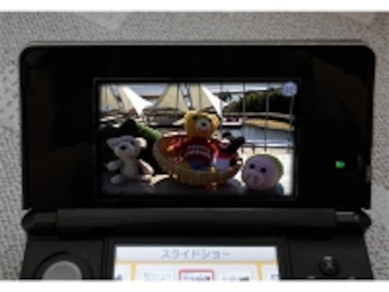 Nintendo3DSで3D写真を見ているイメージ図。暗い部分が目立つ。
