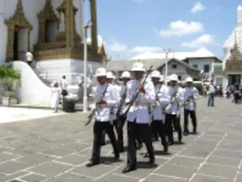 チャクリーマハープラサート宮殿前には常に護衛兵がいる(c)エスニック大好き