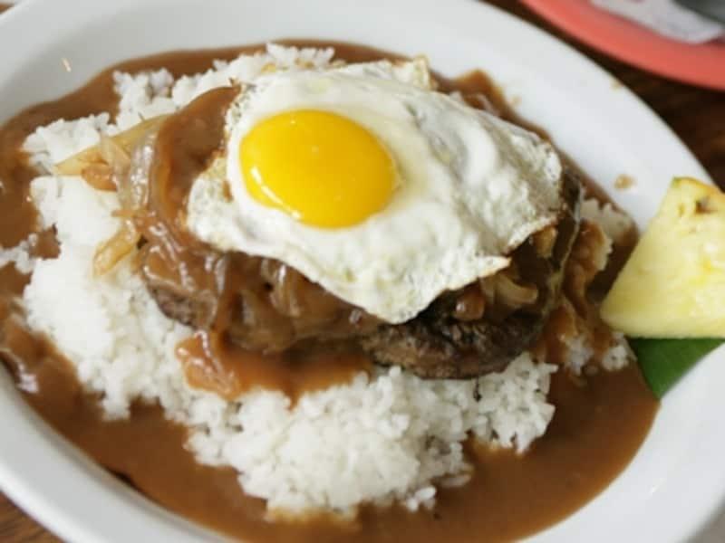 日本でもおなじみのロコモコは、ハワイのローカルフード。6~8ドルでお腹いっぱい食べられる(写真協力:オアフ観光局)