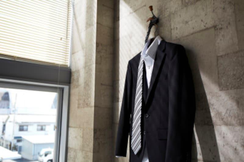 スーツにワンポイント!ポケットチーフのTVフォールドとは