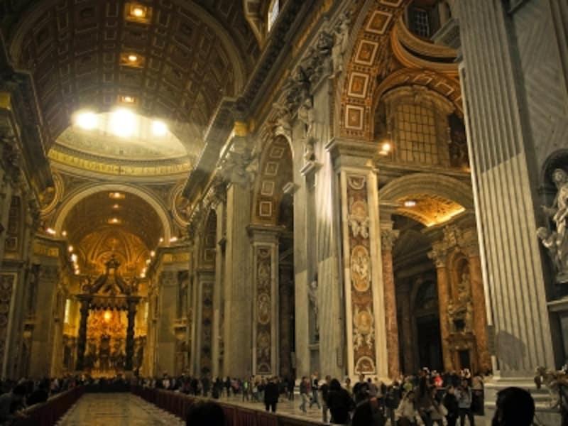 サン・ピエトロ大聖堂の壮大な内部空間