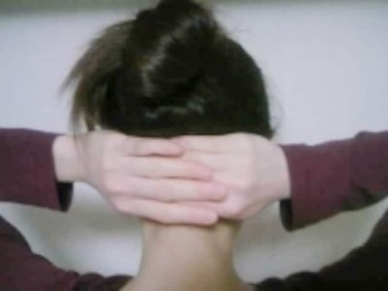 後頭部の頭痛が出やすい部分をゆるめます