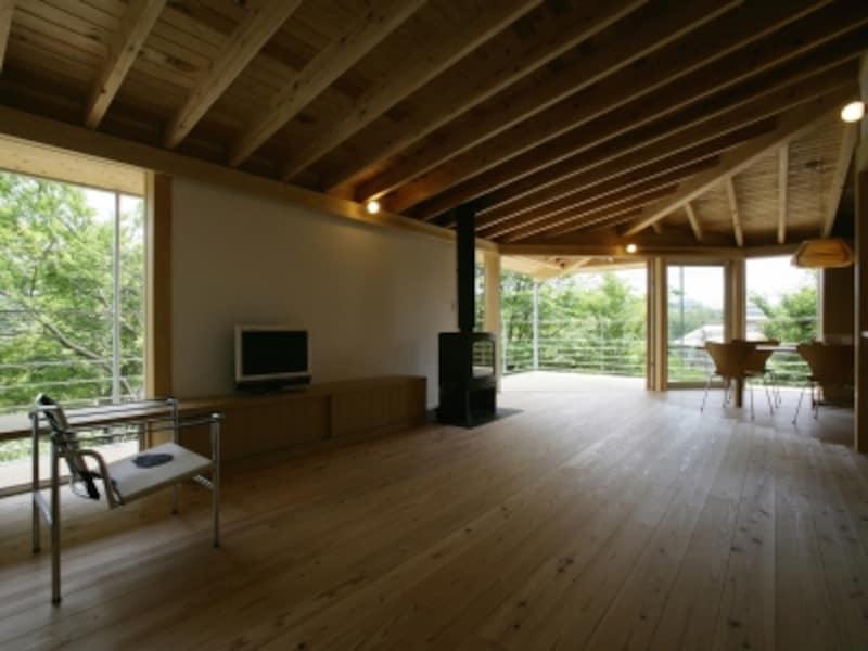 無垢材をはじめ床材の選び方によって空間のイメージは大きく変わる(写真はイメージ)