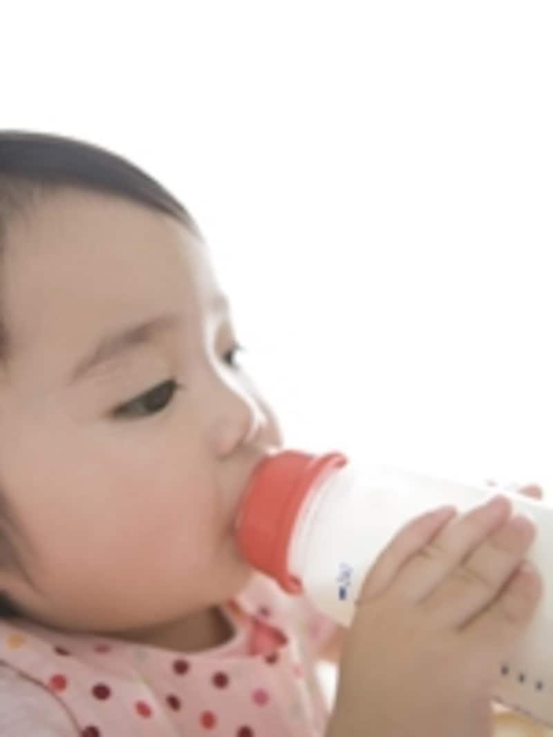 ミルクを飲む赤ちゃん
