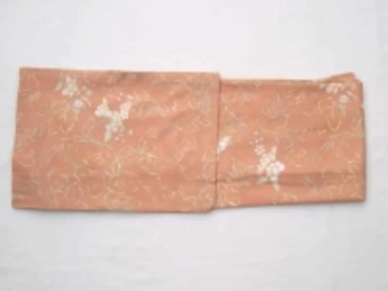 たとう紙に入れる時は、袖が付いている方を左側にして入れる