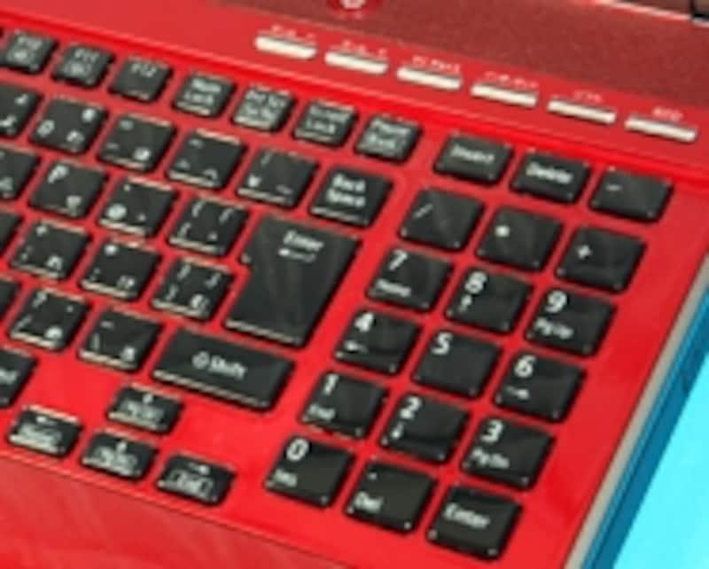 美しいクリスタライズキーを採用したアイソレーションキーボードを採用。テンキーも付いて使いやすい
