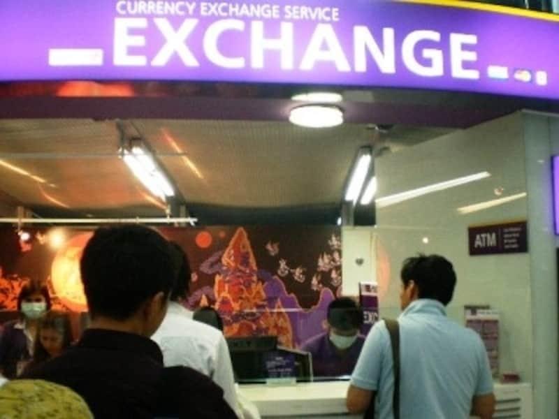 空港では違う銀行の両替所が並んでいることがあるがレートは基本的には同じ