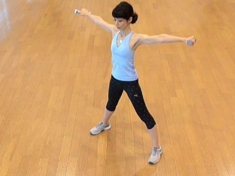 お腹の肉を落とすダイエット腹筋1.両手でダンベルを持ち、姿勢を整える