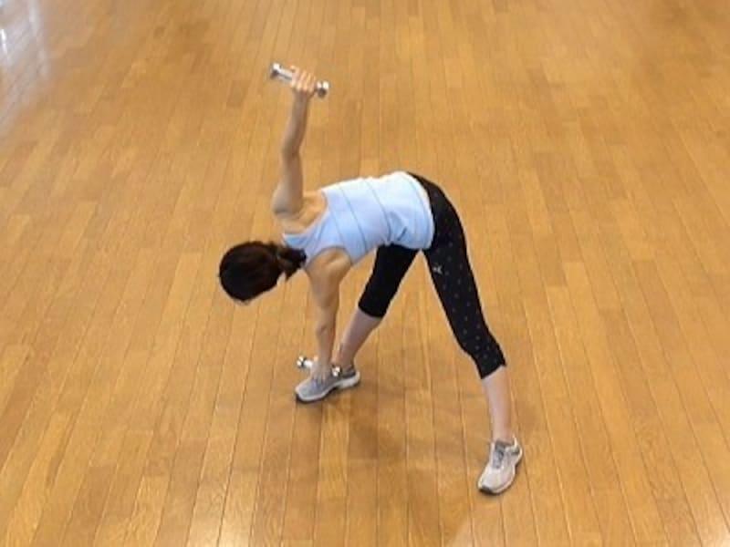 お腹の肉を落とすダイエット腹筋1.体を正面に起こしたら、今度は左手に持っているダンベルをゆっくり右足にタッチ