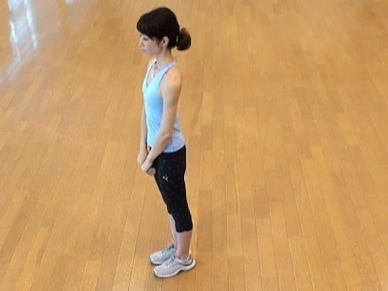 お腹の肉を落とすダイエット腹筋2.ダンベル1つを両手で持ち、姿勢を整える