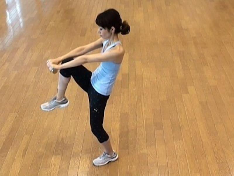 お腹の肉を落とすダイエット腹筋2.伸ばしている腕に右膝をタッチしたあと、元の位置に戻す