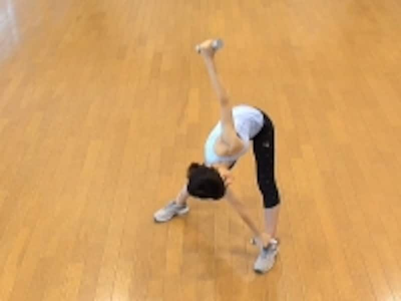 お腹の肉を落とすダイエット腹筋1.右手に持っているダンベルをゆっくり左足にタッチ