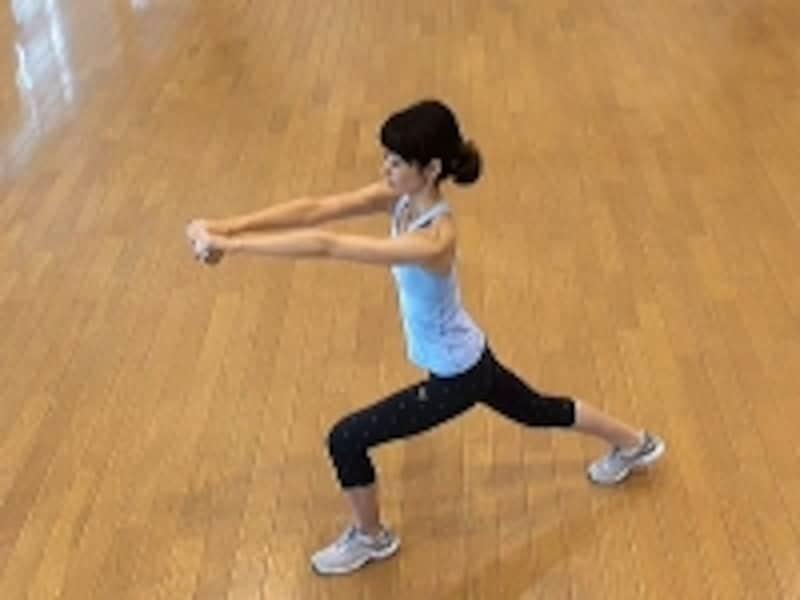 お腹の肉を落とすダイエット腹筋2.両手を前に伸ばし、右足を大きく後ろに引く
