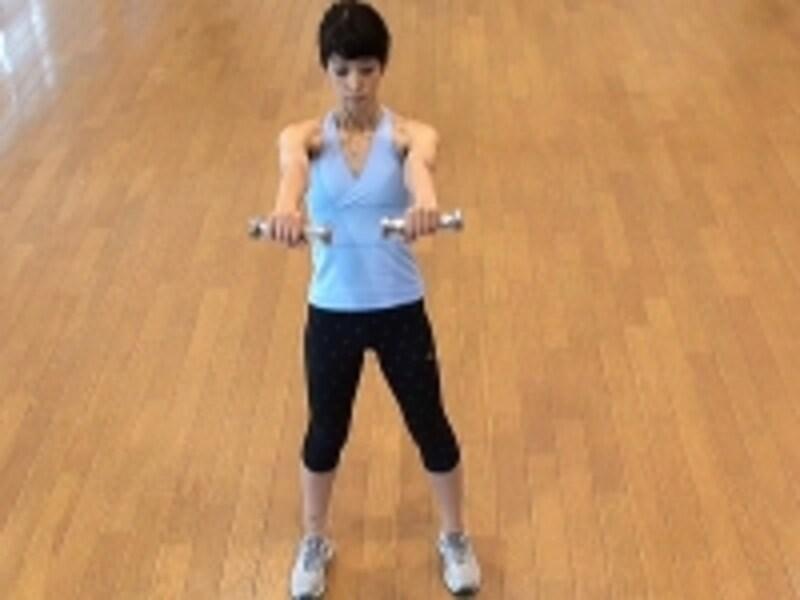 お腹の肉を落とすダイエット腹筋3.ダンベルを両手に持ち、足は肩幅に開き、両手を前に伸ばす