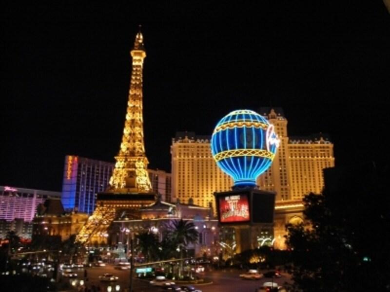 ストリップの真ん中にそびえるパリのエッフェル塔