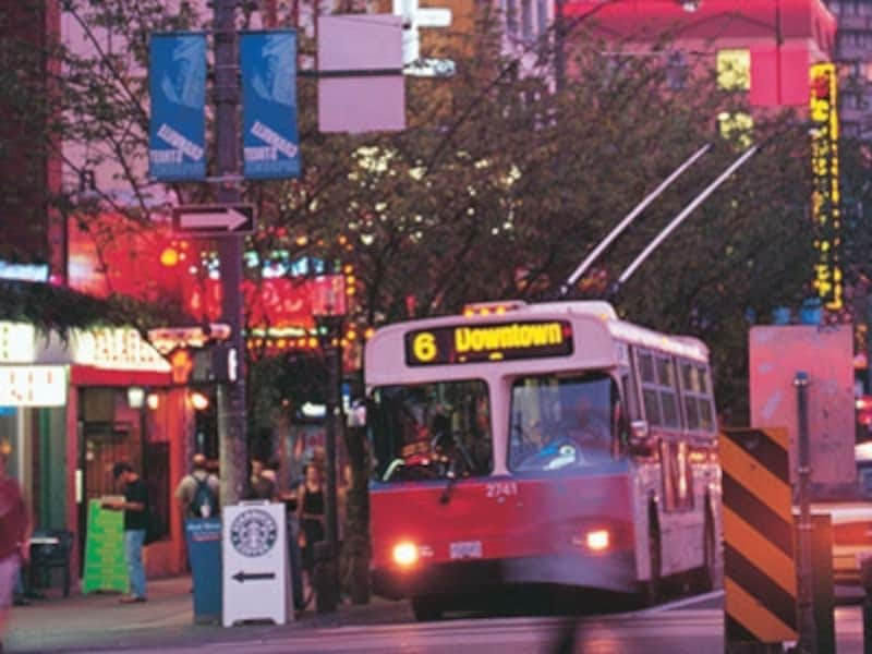 グランビル通りは路線バスも多いメインストリートなのだが(C)TourismVancouver