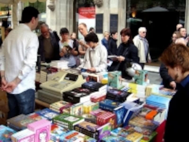 人々で賑わうバルセロナの本の市