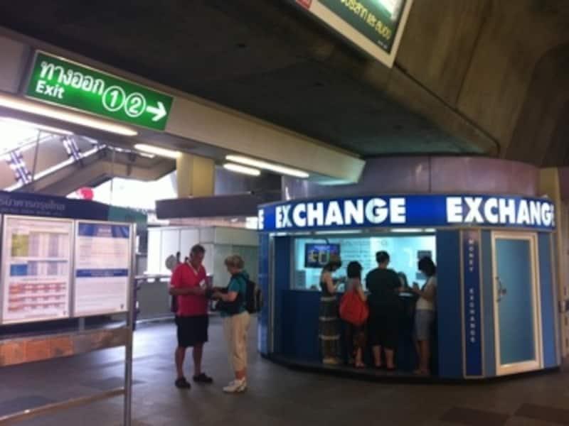 最近ではBTSの駅構内に両替所支店を設置する銀行が増えた